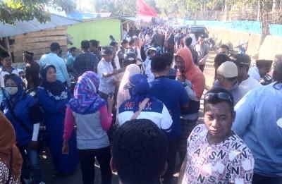 Ribuan warga menyambut pasangan SYUKUR di Lambitu. Foto: Bin