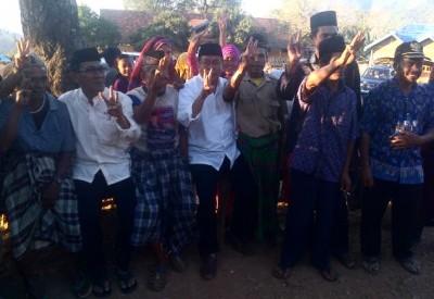 Pasangan SYUKUR bersama warga Lambitu. Foto: Bin