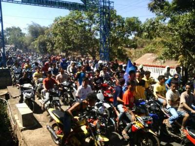 Massa Wawo saat menyambut kedatang pasangan SYUKUR. Foto: Bin