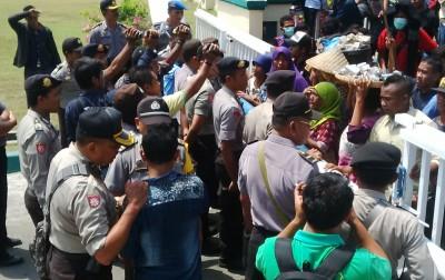 Ina Ina bersama dagangannya memprotes di Kantor Walikota Bima. Foto: Bin