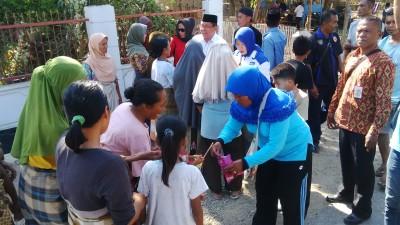 Pasangan SYUKUR saat mendatangi rakyat di Desa Melayu. Foto: Bin