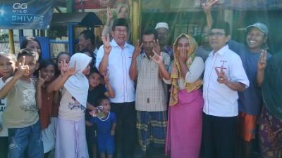 Pasangan SYUKUR berpose dengan warga di Desa Soro. Foto: Bin
