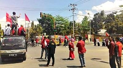IMM saat menggelar aksi di Perempatan Gunung Dua Kota Bima. Foto: Bin