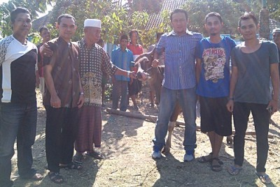 Jasindo dan BNI berbagi dengan warga Kelurahan Sarae. Foto: Eric