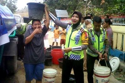 Kasat Lantas Polres Bima Kabupaten saat pimpin langsung distribusi air bersih. Foto: Bin