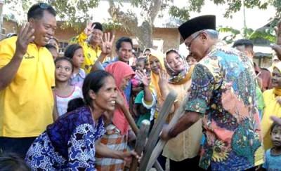 Keakraban pasangan DINDA dengan warga Monta. Foto: Noval