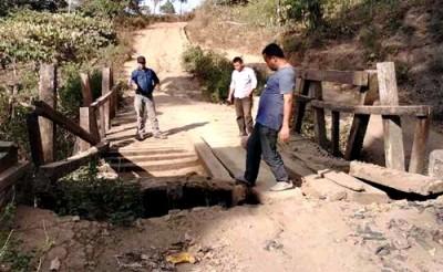 Kondisi jembatan di Desa Oi Bura yang rusak parah. Foto: Ady