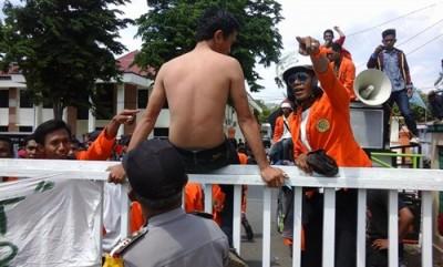 Korban represif Pol PP menunjukan luka dibagian punggung. Foto: Ady