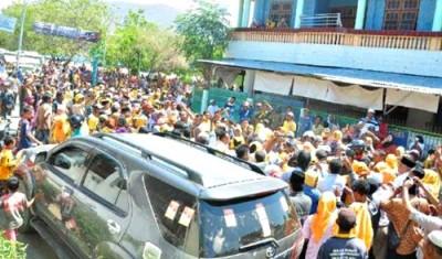 Massa yang menunggu DINDA Keluar dari rumah warga. Foto: Noval