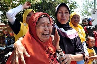 Nenek tak kuasa menahan tangis saat melihat Dinda. Foto: Noval