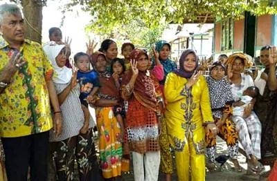 Pasangan DINDA bersama rakyat di Desa Sampungu. Foto: Noval