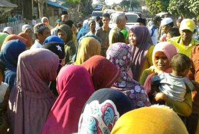 Pasangan DINDA menyalami warga di sepanjang jalan Kecamatan Soromandi. Foto: Noval