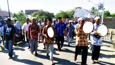 Pasangan SYUKUR tiba di Lambu disambut dengan Rebana dari warga. Foto: Bin