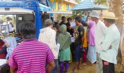 Pelayanan Pembuatan kartu  kependudukan gratis oleh Dinas Dukcapil Bima kepada Warga Desa Oi Bura Tambora. Foto: Ady