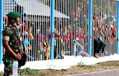 Penonton dari luar stadion dijaga Aparat TNI. Foto: Bin