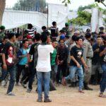 Penonton Konser Iwan Fals Diluar Stadion Bentrok dengan aparat