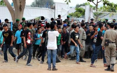 Penonton diluar lapangan berhamburan masuk usai bentrok terjadi. Foto: Bin