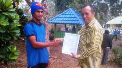 Penyerahan Akta Kependudukan oleh Kepala Dinas Dukcapil ke Warga Oi Bura. Foto: Ady
