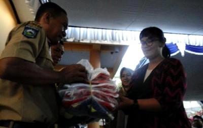 Penyerahan bantuan peralatan olahraga oelh Wakil Rakyat. Foto: Ady