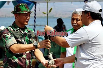 Penyerahan pohon mangrove oleh Walikota Bima kepada Danrem 162 Wira Bhakti. Foto: Bin