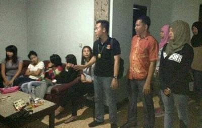 Polisi saat Razia Kafe. Foto: Bin