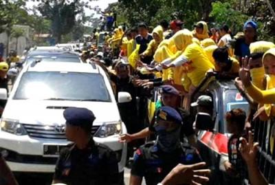 Ribuan massa padati jalan, Mobil DINDA tidak bisa lewat. Foto: Noval