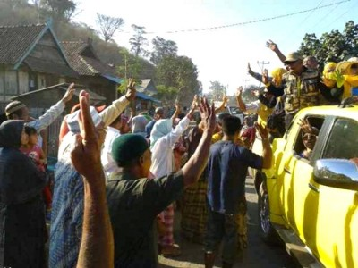 Sambutan warga di Kecamatan Soromandi. Foto: Noval