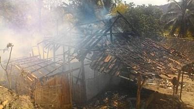 Satu rumah semi permanen yang hangus terbakar. Foto: Bin