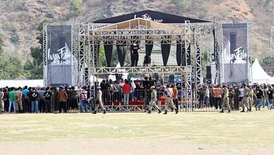 Suasana Konser Iwal Fals. Penonton tidak mencapai setengah lapangan. Foto Bin