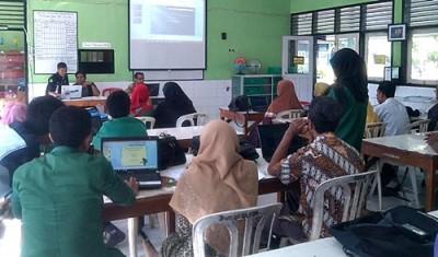 Suasana Latihan Media Pembelajaran di MAN 1. Foto: EM