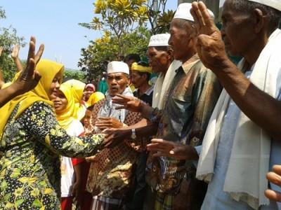 Tokoh agama masyarakat Desa Soki menyambut kedatangan DINDA. Foto: Noval
