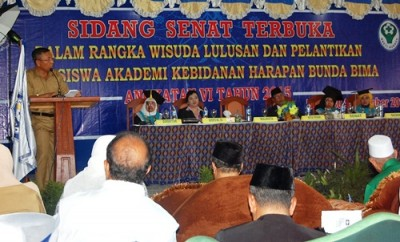 Wakil Walikota Bima saat memberikan sambutan pada acara Wisuda Akbid Harapan Bunda. Foto: Eric
