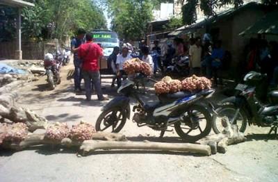 Warga Ngali saat blokir jalan dengan bawang merah.