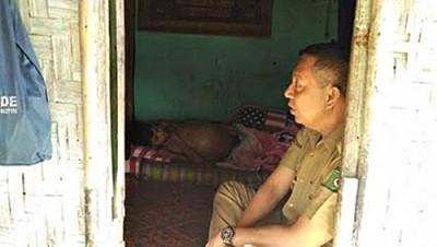 Wawali Bima saat jenguk warganya yang sakit. Foto: Hum