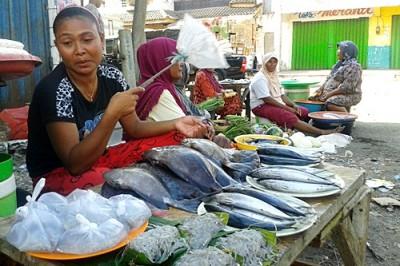 Yanti, Pedagang saat berjualan kembali di Pasar lama, Sore hari. Foto: Noval