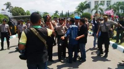 Yasin saat merangsek masuk di halaman Kantor Walikota Bima. Foto: Bin