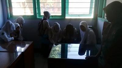 7 orang siswi saat diamankan Pol PP Kota Bima. Foto: Bin