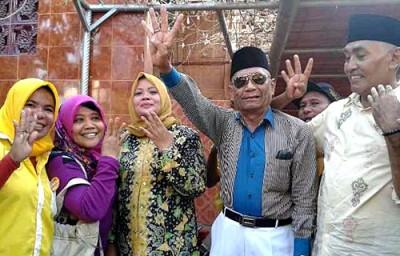 Abdullah Kalate bersama pasangan DINDA mengangkat 4 jari. Foto: Noval