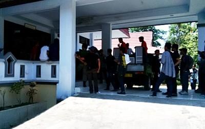 BEM STIH saat mendatangi kantor DPRD Kabupaten Bima dan meminta Ombudsman dibubarkan. Foto: Bin