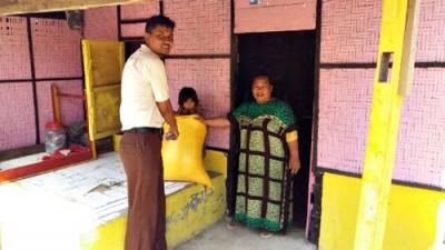 Bulog saat Operasi Pasar di pemukiman warga. Foto: Bin