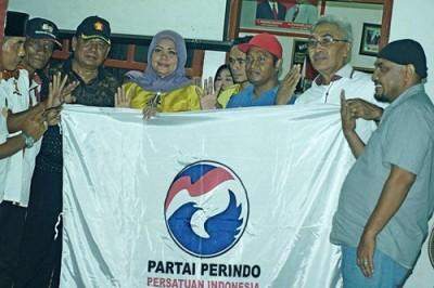 DPC Partai Perindo Kabupaten Bima saat pose bersama dengan pasangan DINDA usai deklarasi arah dukungan. Foto: Ndaikaso Santuda Aby Hannah