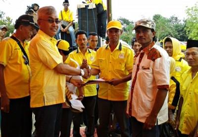 Dahlan M Nur saat memberikan selamat pada Tim Relawan yang dikukuhkan. Foto: Noval