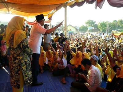 Dahlan M. Noer saat memberikan sambutan dihadapan Ribuan warga Kecamatan Madapangga. Foto: Noval