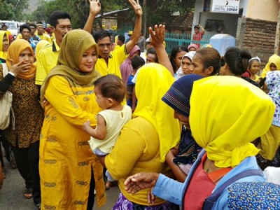 Dinda saat disambut warga Kecamatan Sanggar. Foto: Noval