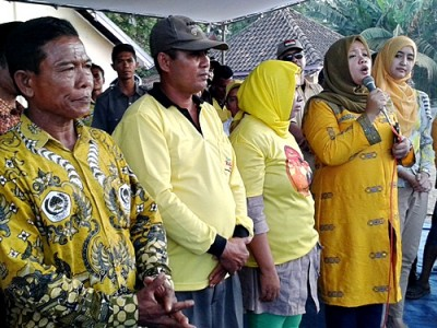 Dinda saat memberikan sambutan di depan rakyat Sanggar. Foto: Noval