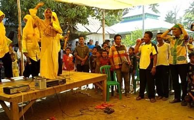 Ekspresi Dahlan dengan memegang kepala saat mendengarkan  Musik Tatongga. Foto: Noval