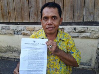 Suryadin saat menunjukan SK dari Gubernur NTB. Foto: Noval