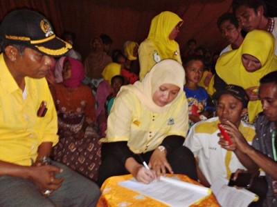 Hj. Indah Damayanti Puteri saat teken Kontrak politik dengan warga di Wera. Foto: Noval