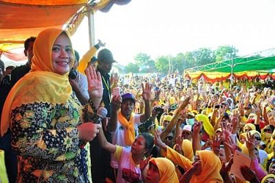 Hj. Indah Dhamayanti Putri saat memberikan sambutan dihadapan Ribuan warga Kecamatan Madapangga. Foto: Noval