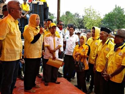 Hj. Indah Dhamayanti Putri saat memberikan sambutan pada pengukuhan relawan. Foto: Noval